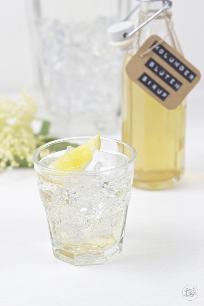 Selbst gemachter Holunderbluetensirup gespritzt mit Mineralwasser von Sweets and Lifestyle