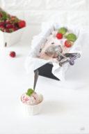 Cremiges Erdbeer Basilikum Pfeffer Eis serviert von Sweets and Lifestyle