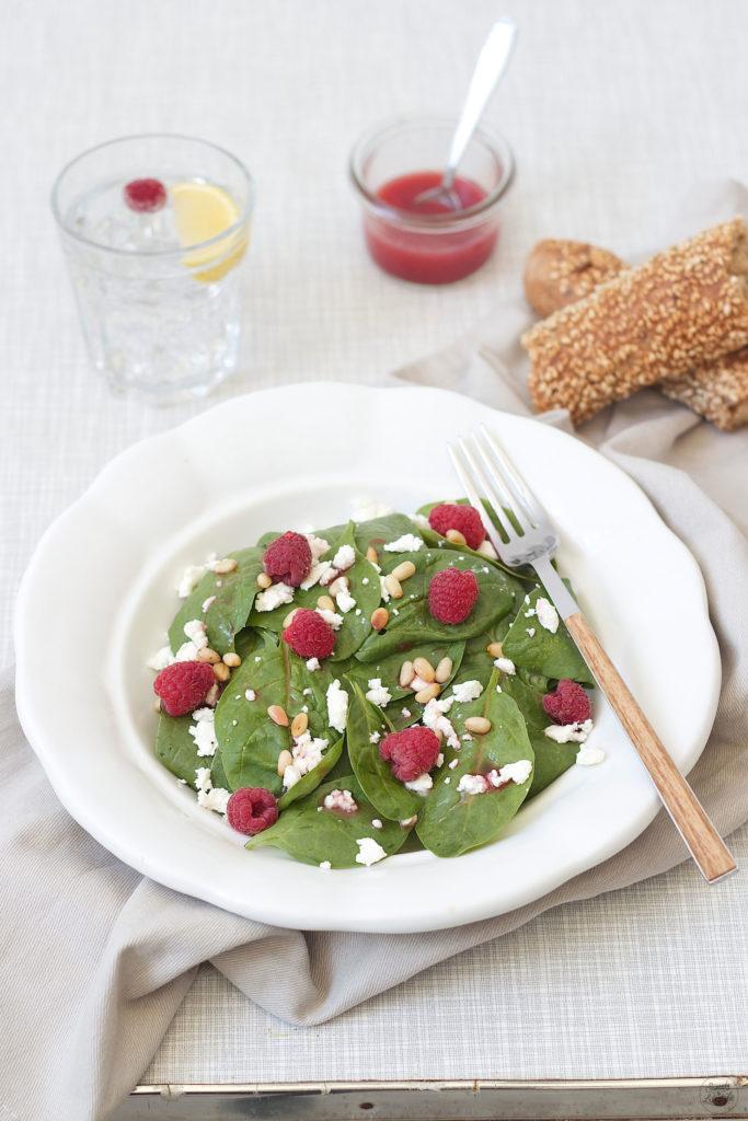 Erfrischender Spinatsalat mit Himbeeren Feta und Pinienkernen, perfekt an heißen Tagen, von Sweets and Lifestyle
