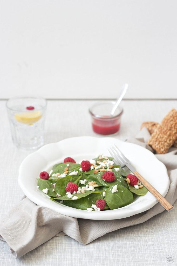 Leckerer Spinatsalat mit Himbeeren Feta und Pinienkernen von Sweets and Lifestyle