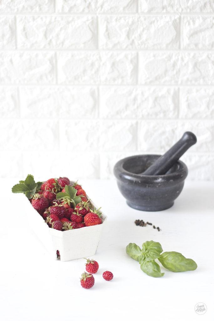 Zutaten fuer das leckere Erdbeer Basilikum Pfeffer Eis von Sweets and Lifestyle