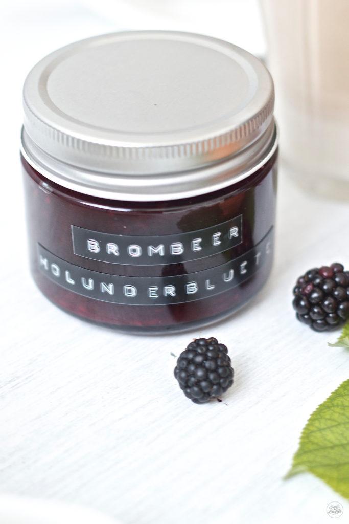 Leckere fruchtig frische Brombeer Holunderblueten Marmelade von Sweets and Lifestyle