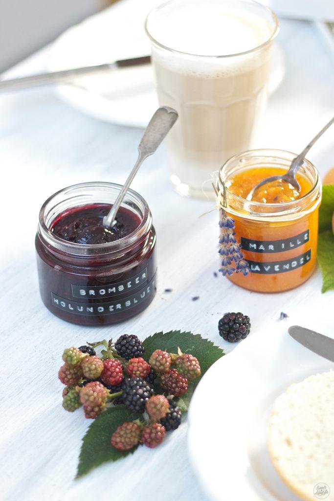 Koestliche, herrlich fruchtig abe rnicht zu suesse Brombeer Holunderblueten Marmelade von Sweets and Lifestyle