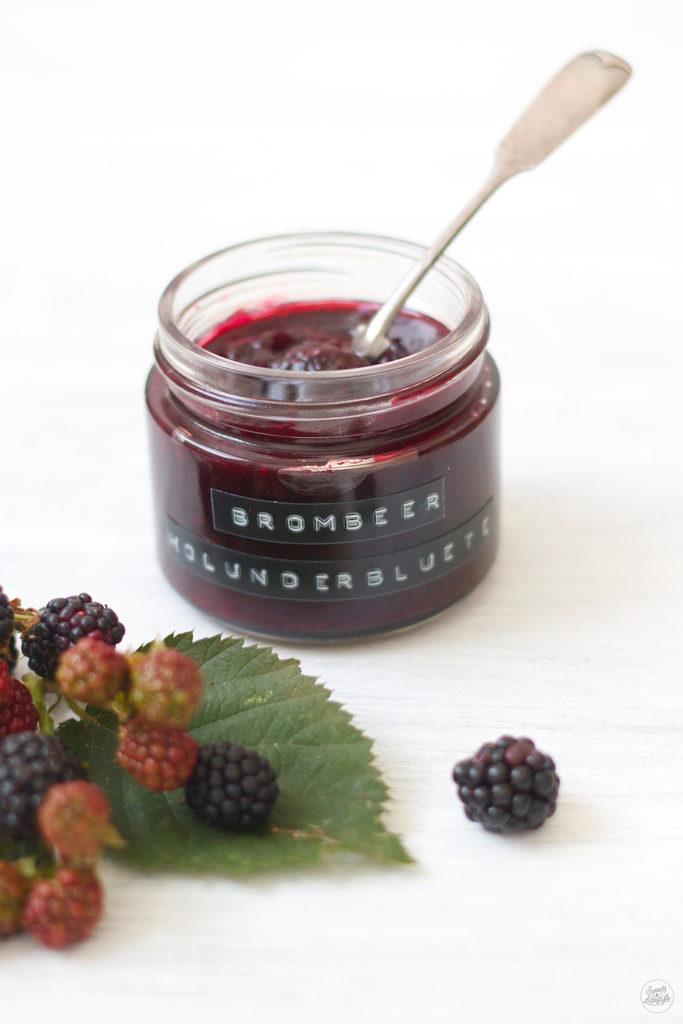 Leckere fruchtige Brombeer Holunderblueten Marmelade zum Fruehstueck von Sweets and Lifestyle