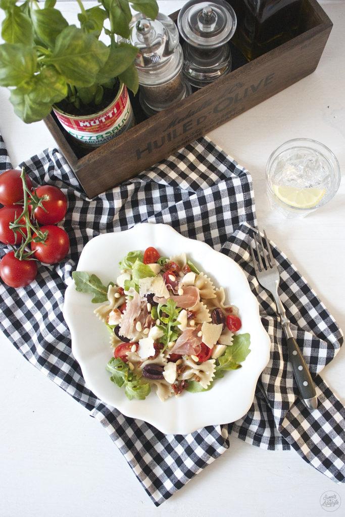 Leckerer Mediterraner Nudelsalat, der schnell gemacht ist, nach einem Rezept von Sweets and Lifestyle