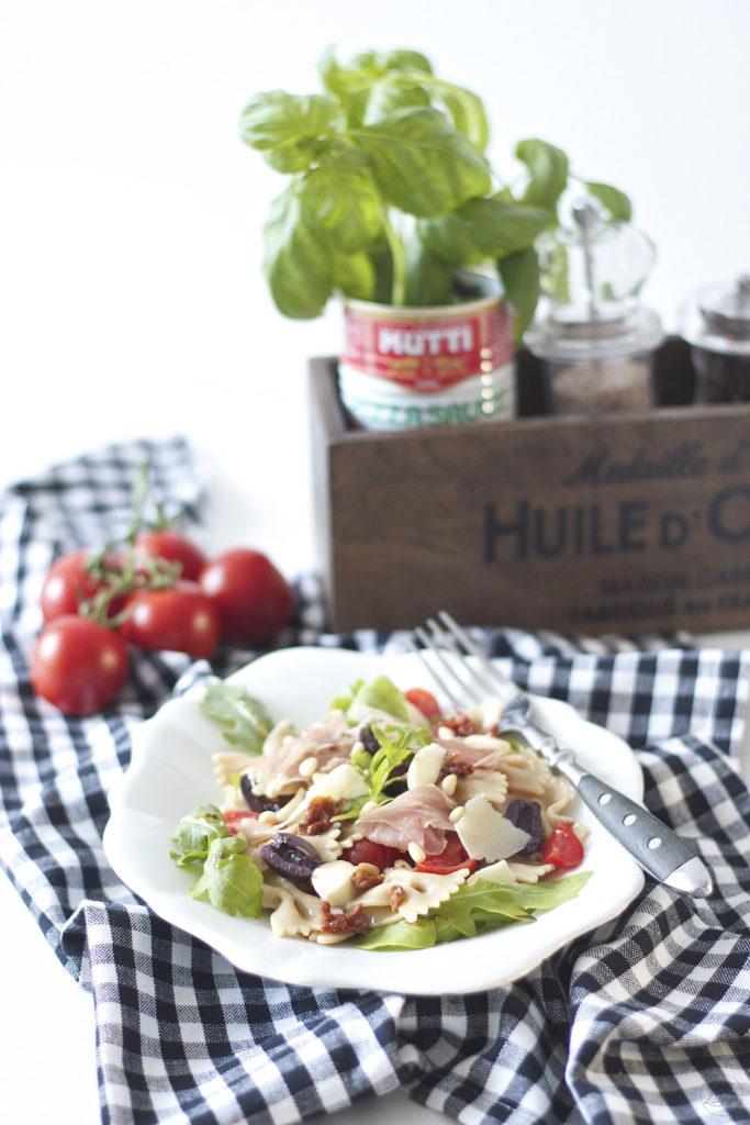 Leckerer mediterraner Nudelsalat perfekt als Grillbeilage oder als Salat beim Picknick serviert von Sweets and Lifestyle