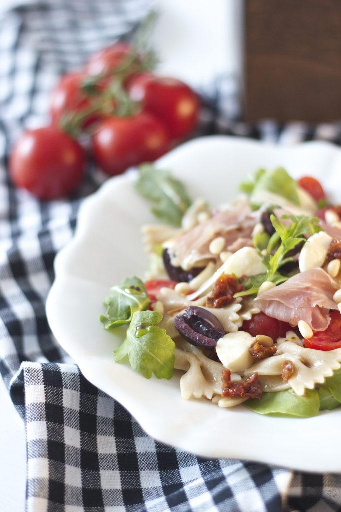 Erfrischender mediterraner Nudelsalat fuers Picknick von Sweets and Lifestyle
