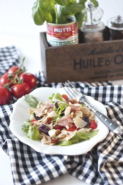 Mediterraner Nudelsalat perfekt an heißen Tagen nach einem Rezept von Sweets and Lifestyle
