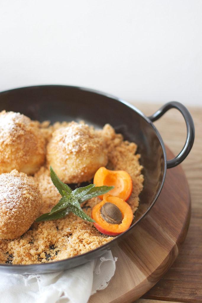 Leckere Marillen Topfenknoedel mit Marzipankern serviert von Sweets and Lifestyle