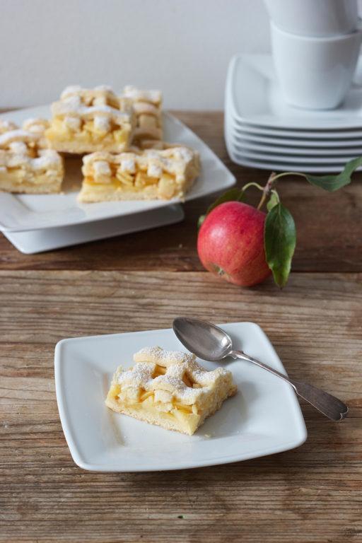 Gedeckter Apfelkuchen mit vielen frischen Aepfeln von Sweets & Lifestyle
