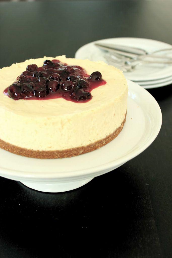Cheesecake mit weißer Schokolade und Kompott aus Heidelbeeren von SweetsandLifestyle