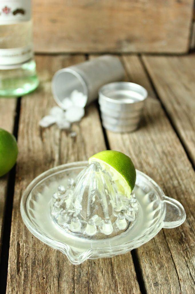 Frischer Limettensaft für Mojito Cupcakes auf SweetsandLifestyle
