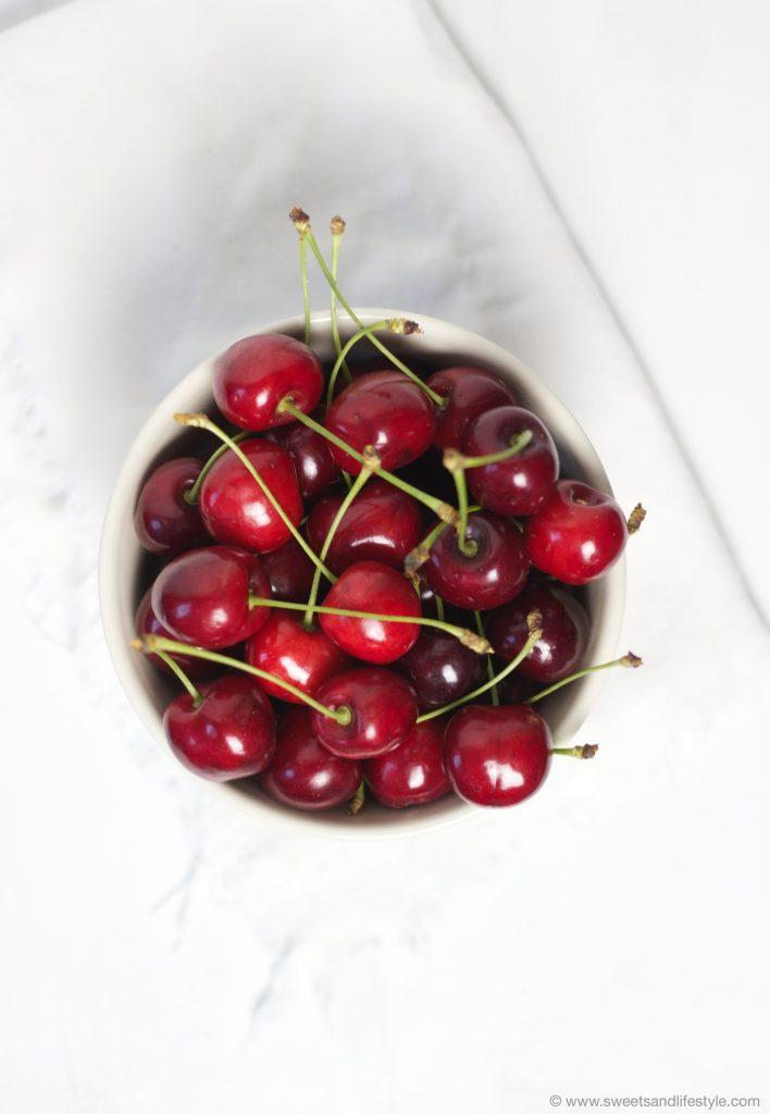 Kirschen_frisch_vom_Baum_gepflueckt_um_leckeren_Kirschenkuchen_vom_Blech_zu_backen_von_Sweets_and_Lifestyle