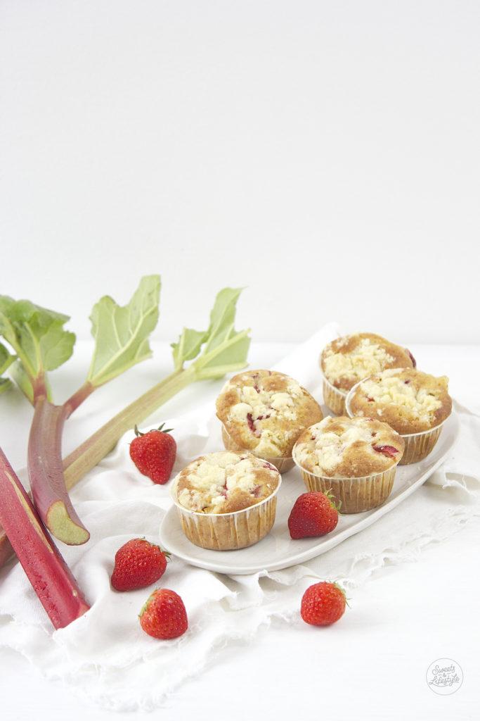 Saftige Erdbeer Rhabarber Streusel Muffins nach einem Rezept von Sweets and Lifestyle