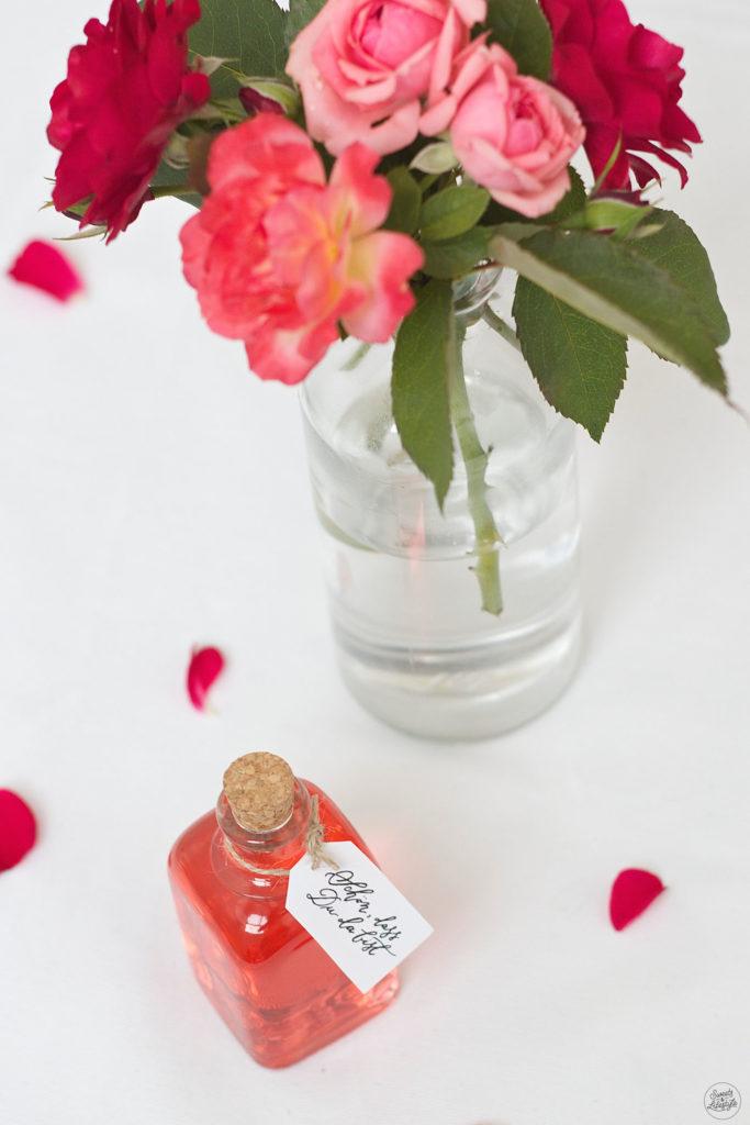 Selbst gemachter Rosensirup als Gastgeschenk bei der Hochzeit von Sweets and Lifestyle