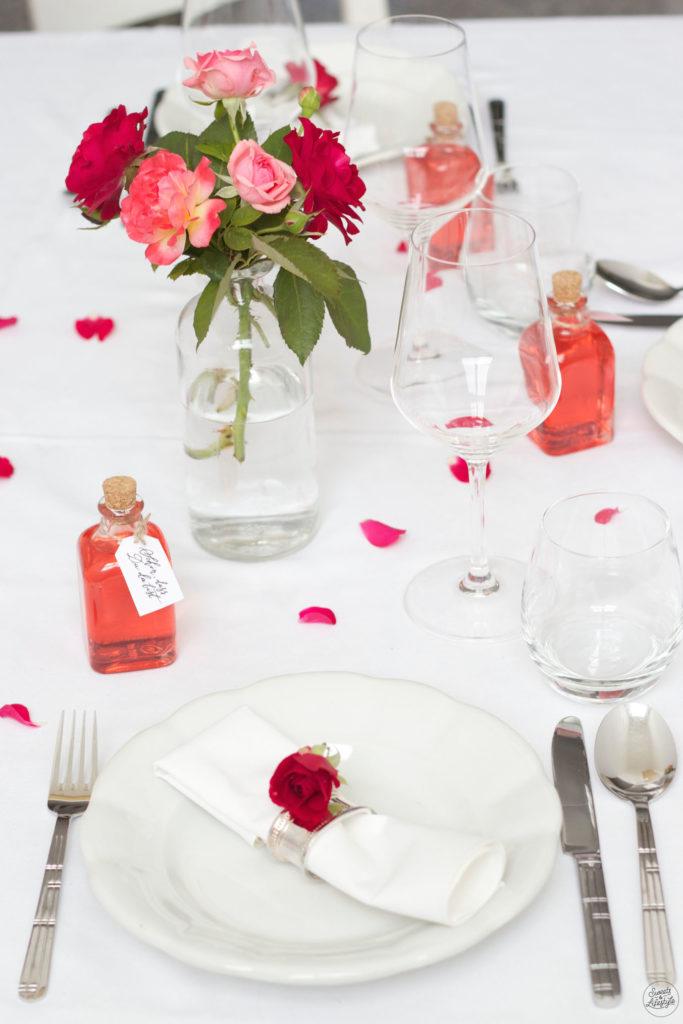 Selbst gemachter Rosensirup als Gastgeschenk bei der Hochzeit nach einem Rezept von Sweets and Lifestyle