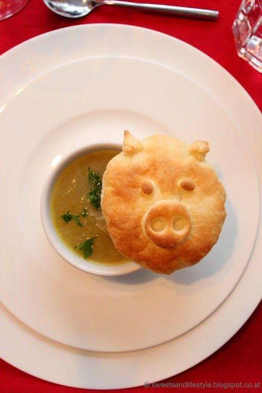 Französische Zwiebelsuppe mit Blätterteig-Schweinderln beim Dinner goes Vegan - Silvesterdinner