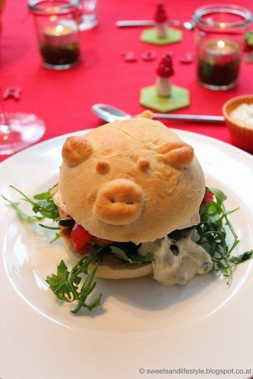 Veganer Schweinchen-Burger mit Seitan-Schnitzerl, Antipasti-Gemüse und Preiselbeer-Mayonaise als Hauptgang beim Dinner goes vegan- Silvesterdinner