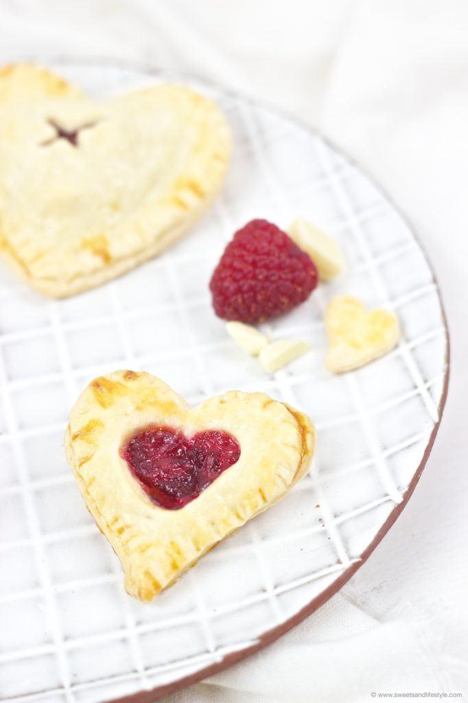 Koestlicher Herz Hand Pie gefuellt mit weisser Scholade und Himbeermarmelade von Sweets and Lifestyle