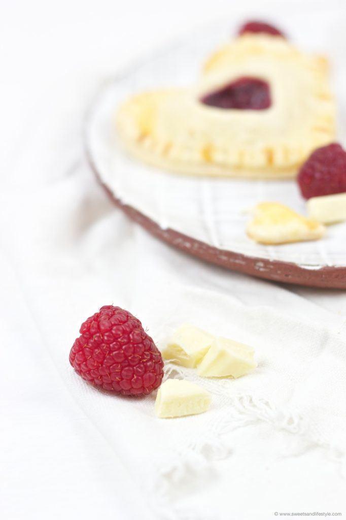 Leckere Herz Hand Pies mit koestlicher Fülle aus weisser Schokolade und Himbeermarmelade von Sweets and Lifestyle