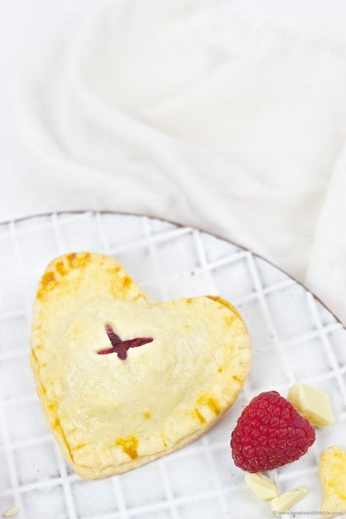Selbst gemachte Herz Hand Pies als leckeres Dessert zum Valentinstag von Sweets and Lifestyle