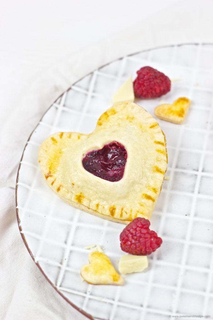 Suesse Herz Hand Pies gefuellt mit weisser Schokolade und Himbeeren zum Valentinstag nach einem Rezept von Sweets and Lifestyle