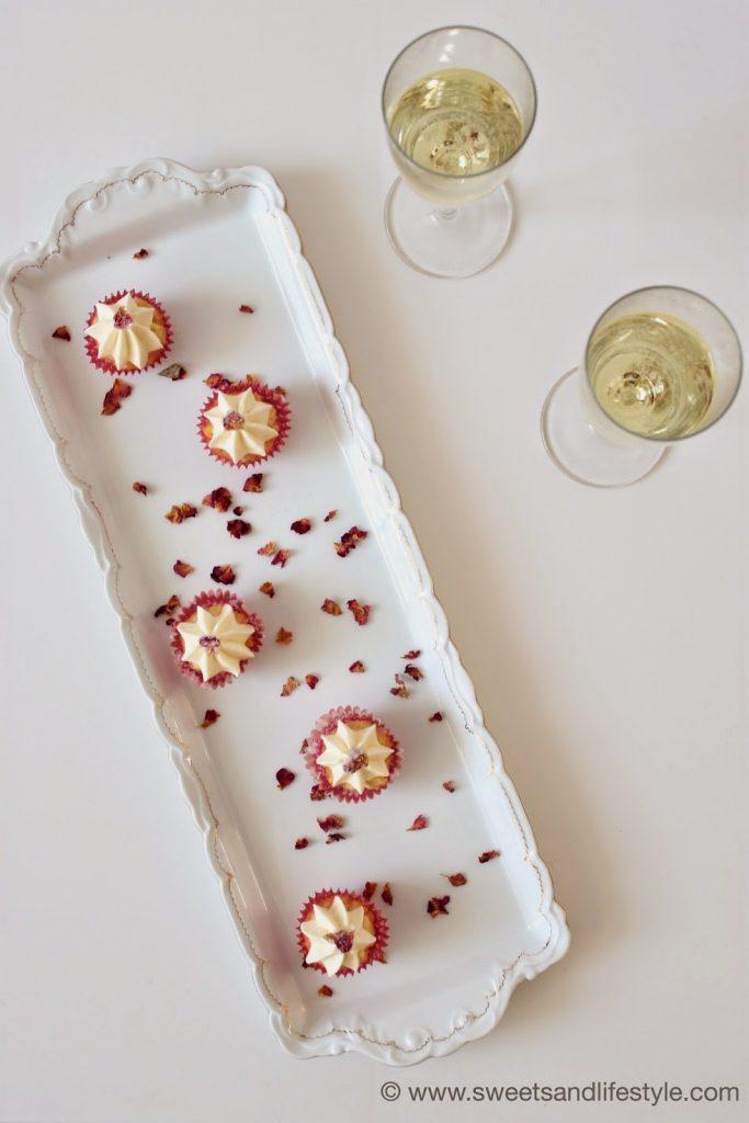 Mini-Cupcakes mit Prosecco und Rosenblütenblättern zum Weltfrauentag bei Sweets and Lifestyle