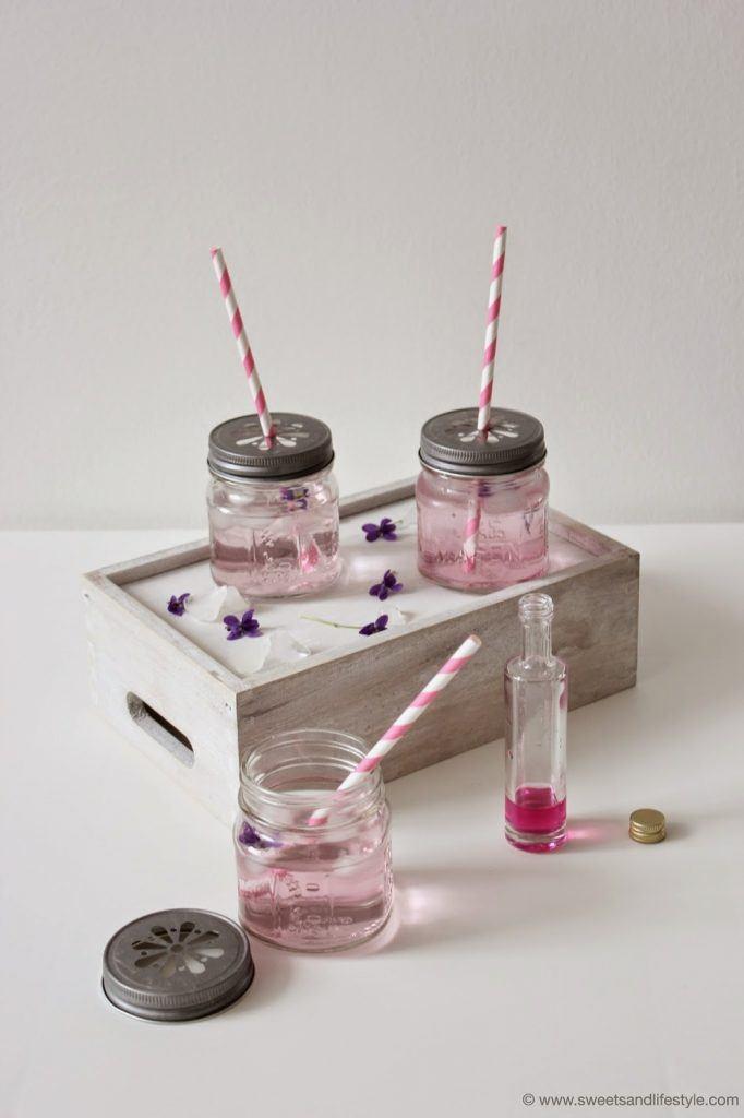 Der Frühlingsdrink schlechthin - selbst gemachter Veilchensirup, perfekt zum Mischen mit Mineralwasser oder Frizzante von Sweets and Lifestyle