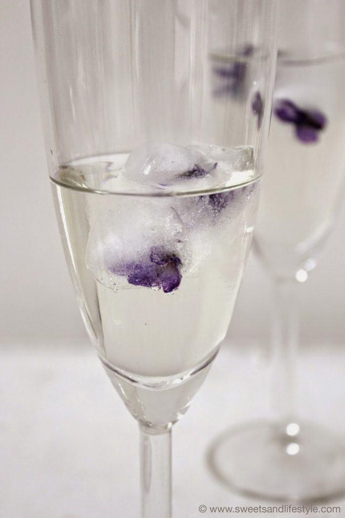 Gefrorene Veilchen in Form von Eiswürfel von Sweets and Lifestyle