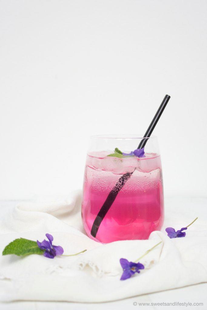Veilchensirup im erfrischenden Veilchenspritzer von Sweets and Lifestyle