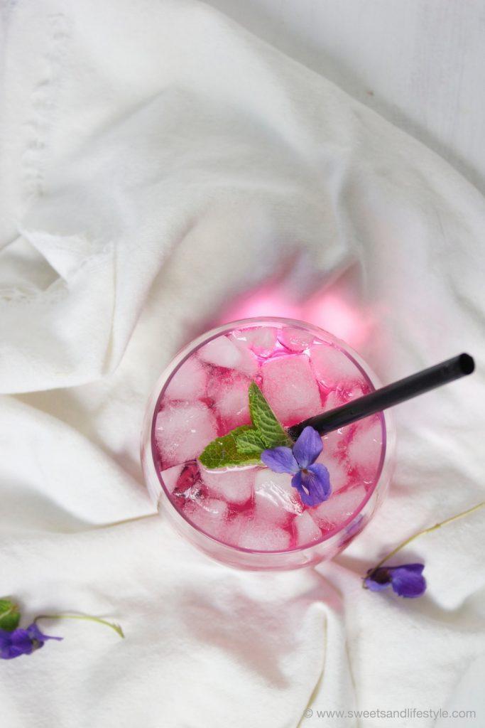 Veilchensirup im sommerlichen Veilchenspritzer von Sweets and Lifestyle