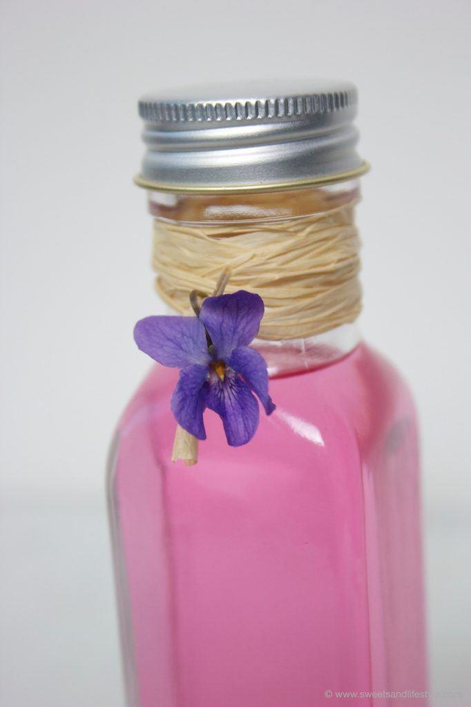 Veilchensirup als Gastgeschenk von Sweets and Lifestyle