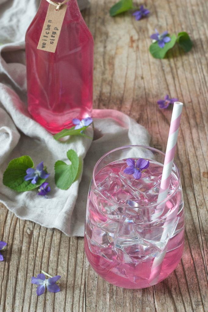 selbst gemachter Veilchensirup von Sweets & Lifestyle® ist vielseitig verwendbar