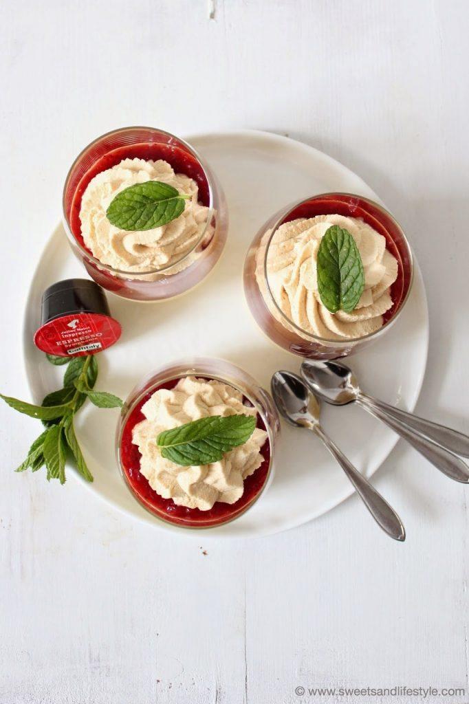 Dessert für den Muttertag mit Himbeerpüree und Julius Meinl Espressocreme von Sweets and Lifestyle