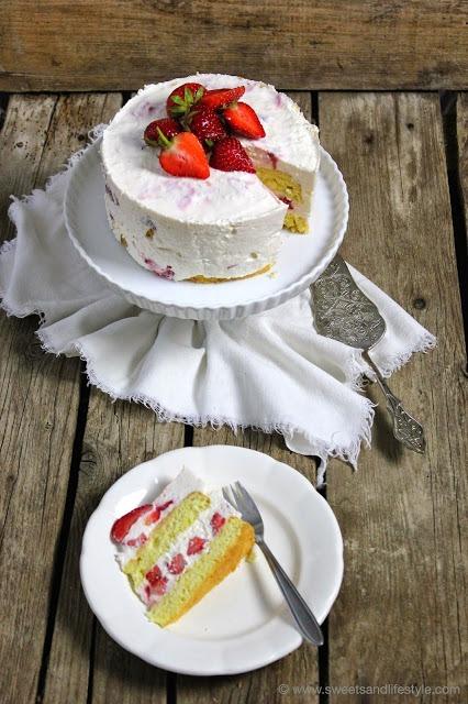 Herrlich cremige und fruchtige Erdbeer-Joghurt-Torte bei Sweets and Lifestyle
