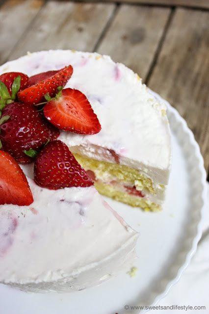 Fruchtige Erdbeer-Joghurt-Torte, perfekt für den Sommer, bei Sweets and Lifestyle