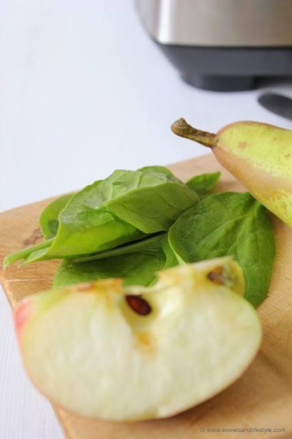 Green Smoothie mit frischem Spinat und frischen Äpfeln und Birnen beim Breakfast Smoothie Special von Sweets and Lifestyle