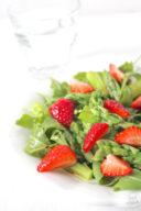 Erfrischender Spargel Erdbeer Salat mit Rucola von Sweets and Lifestyle