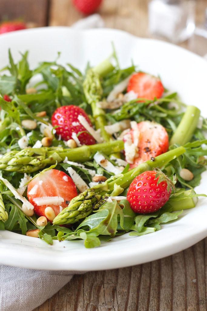 Grüner Spargel Erdbeer Salat mit Rucola von Sweets & Lifestyle®