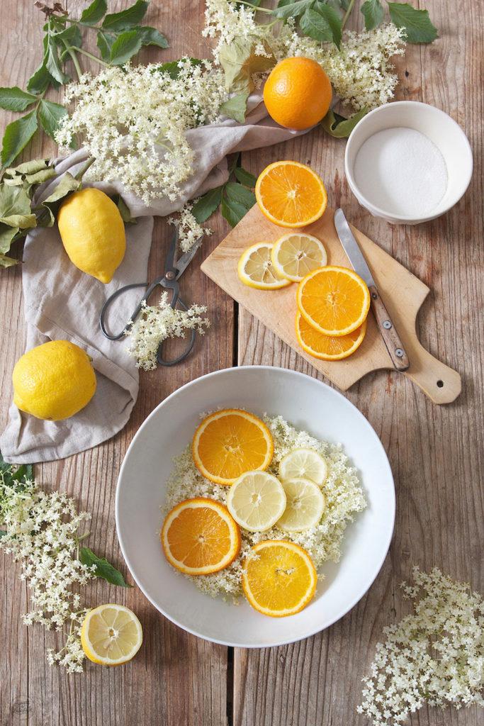 Holunderblütensirup ansetzen mit Zitronen und Orangen nach einem Rezept von Sweets & Lifestyle®