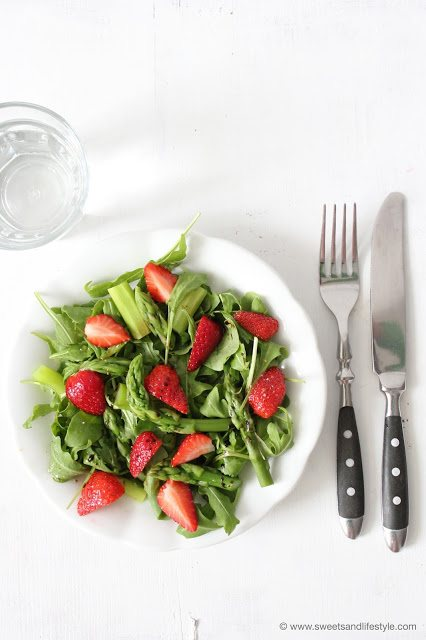 Der perfekte Sommersalat - köstlicher und figurfreundlicher Spargel-Erdbeer-Salat von Sweets and Lifestyle