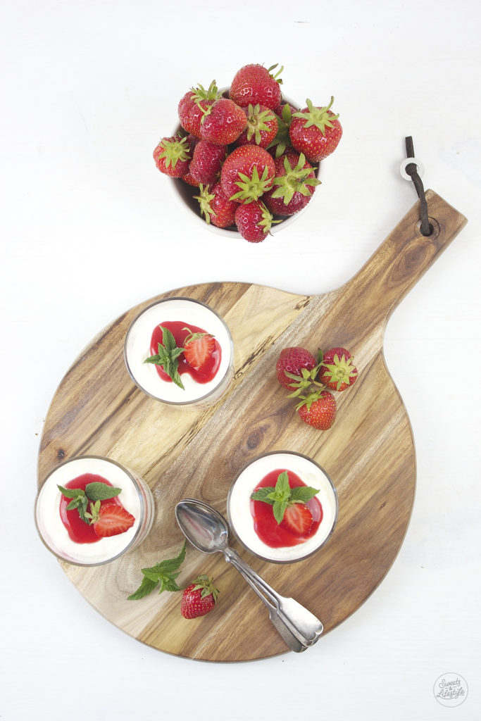 Leckeres Erdbeer Tiramisu serviert nach einem Rezept von Sweets and Lifestyle