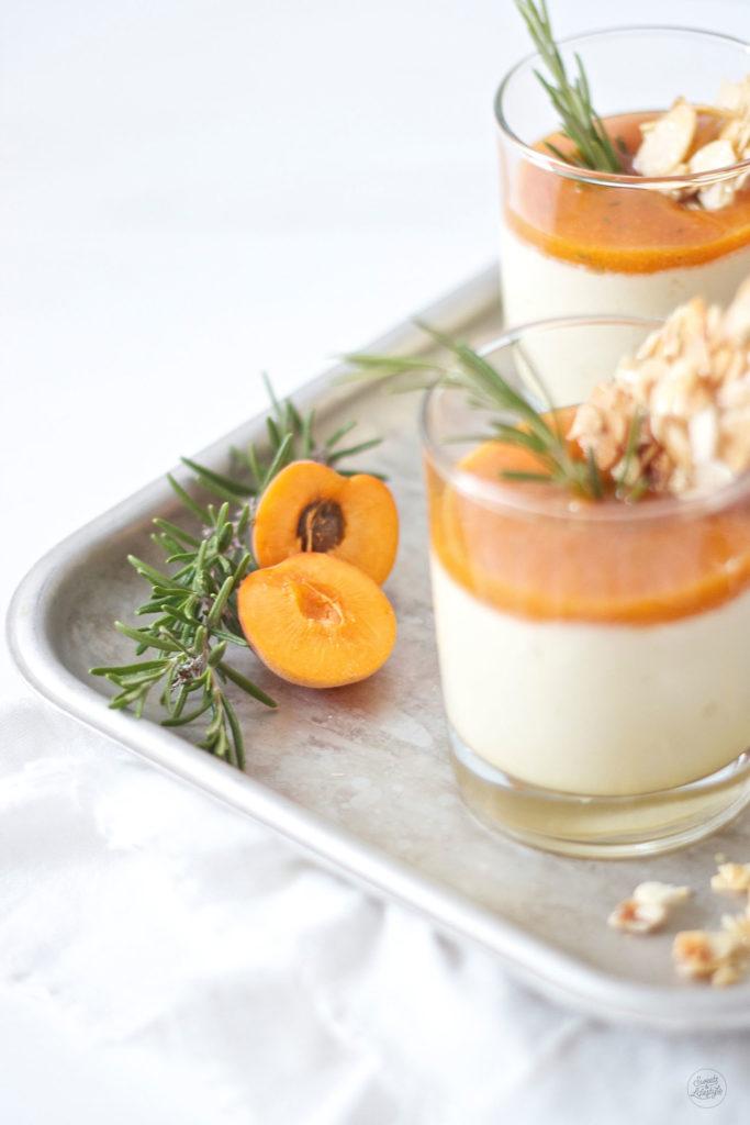 Erfrischendes Semifreddo mit Marillen und Rosmarin Mandel Krokant von Sweets and Lifestyle