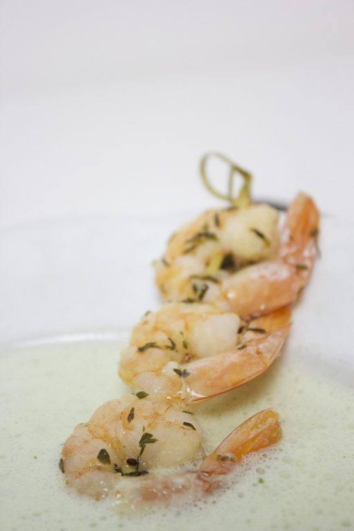 Sommerliche Gurken-Dill-Suppe mit Garnelen