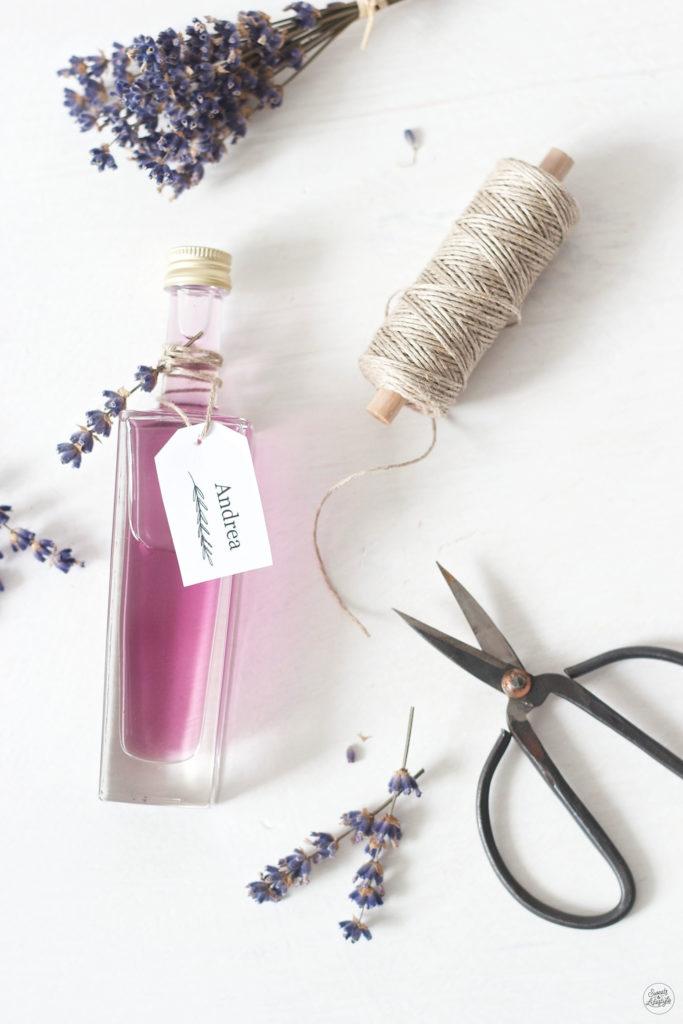 Selbst gemachter Lavendelsirup als Geschenk aus der Kueche von Sweets and Lifestyle