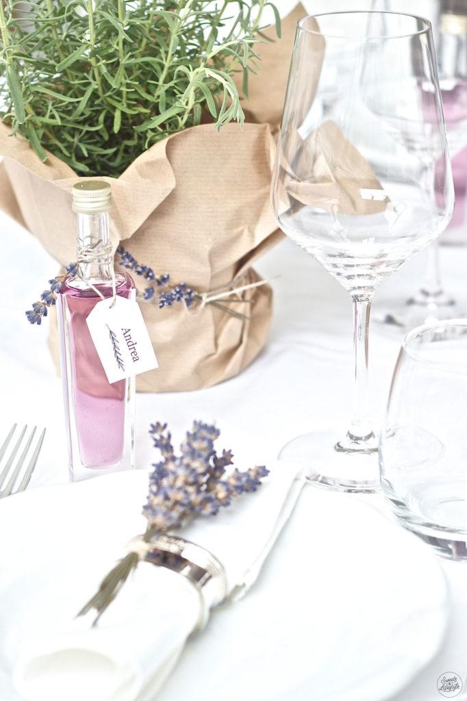 Leckerer Lavendelsirup der vielseitig einsetzbar ist nach einem Rezept von Sweets and Lifestyle
