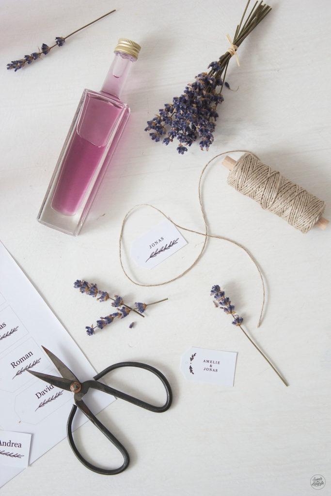 Selbst gemachter Lavendelsirup als Gastgeschenk auf der Hochzeit nach einem Rezept von Sweets and Lifestyle