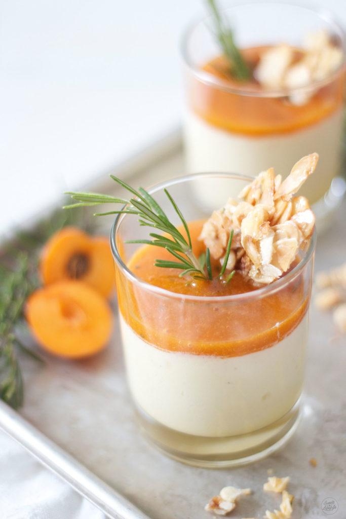 Leckeres Semifreddo mit Marillen und Rosmarin Mandel Krokant Rezept von Sweets and Lifestyle