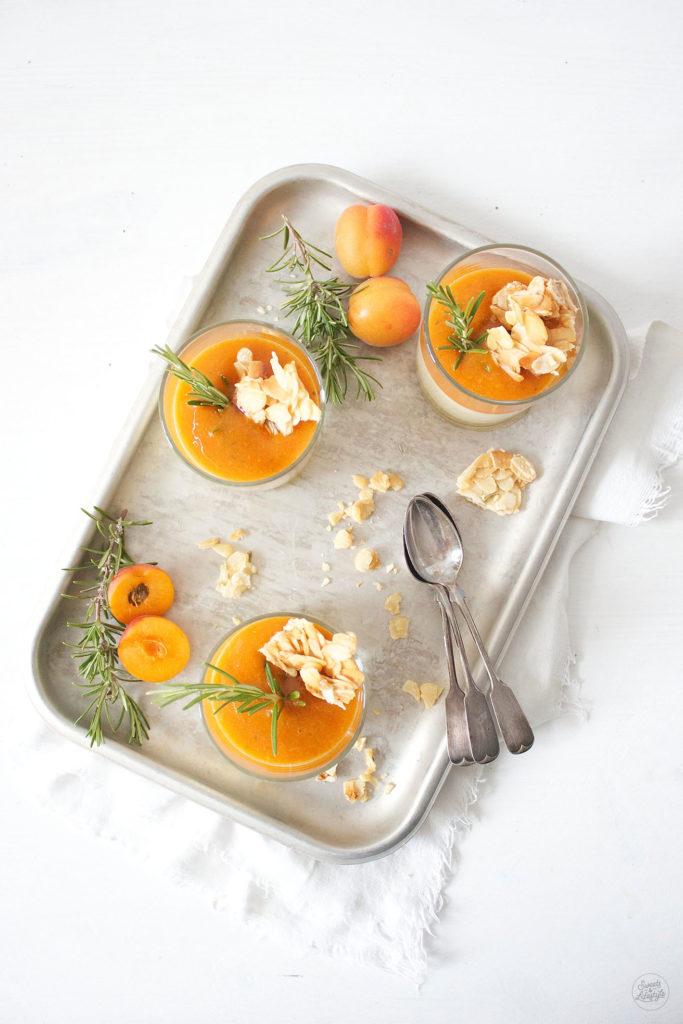 Köstliches Semifreddo mit Marillen und Rosmarin Mandel Krokant von Sweets and Lifestyle