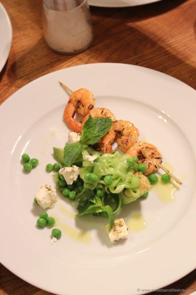 Garnelenspieße mit Chili und Thymian mariniert auf Gurken-Erbsen-Fetakäse-Salat und Zitronen-Dressing